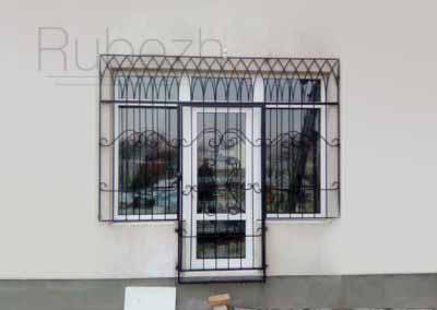 Решетки с открыванием на окна и двери в готическом стиле