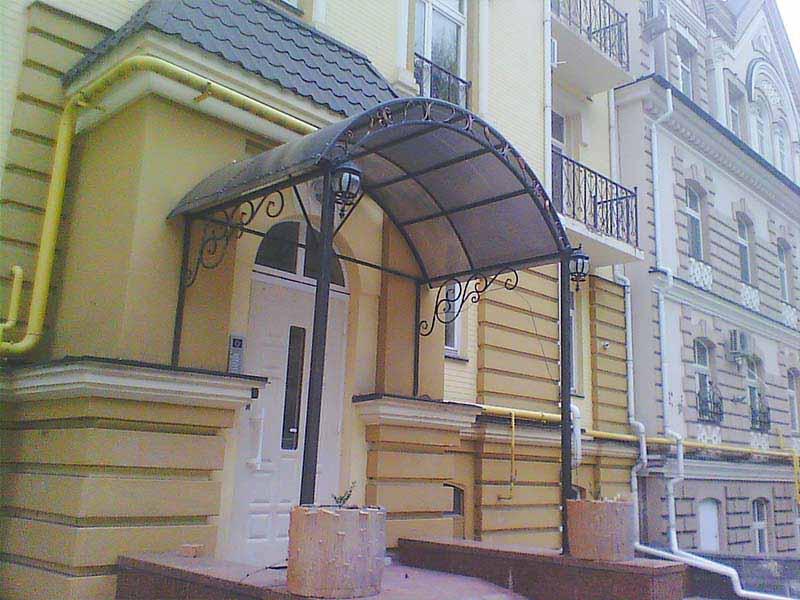 Козырек над входом в здание с элементами ковки
