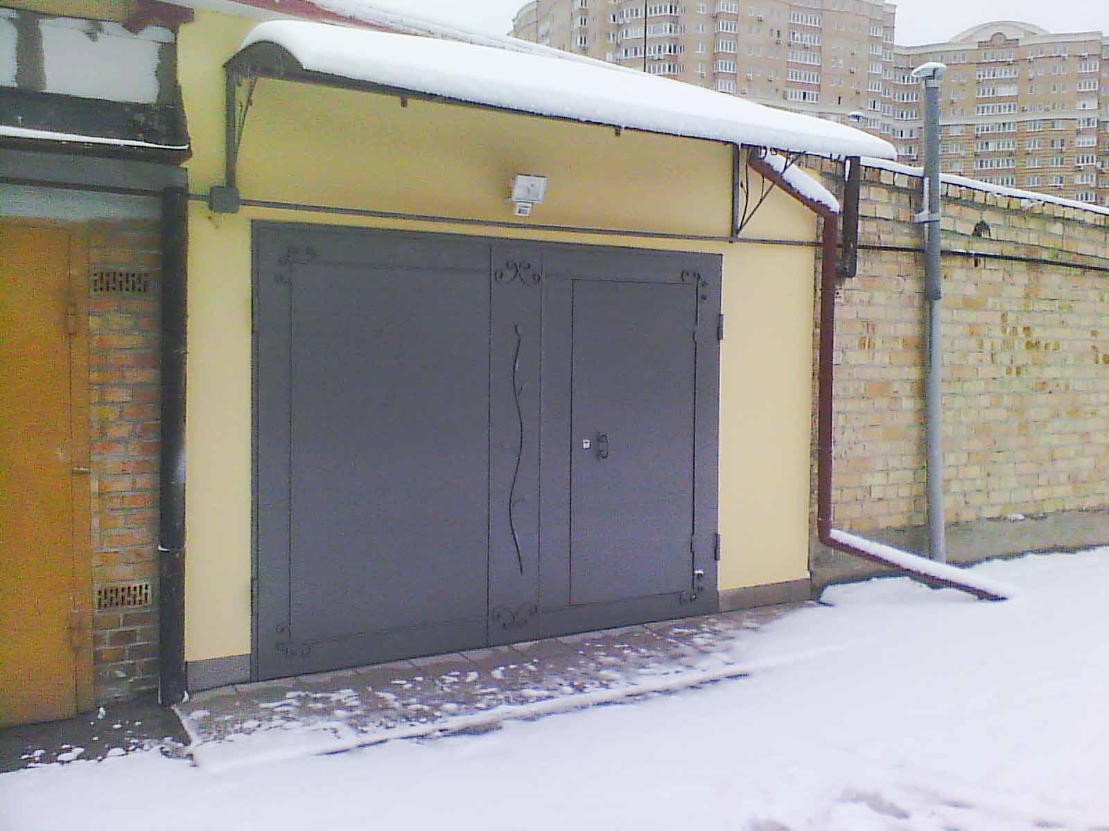 Металлические гаражные ворота с ковкой