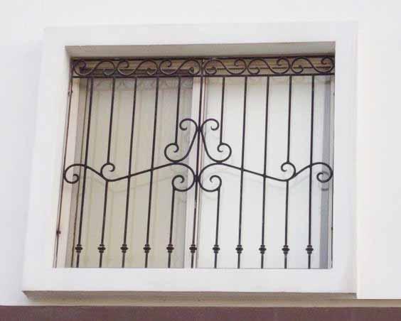 Прямая решетка на окно с ажурными элементами от 21.10.19 (артикул 211019)