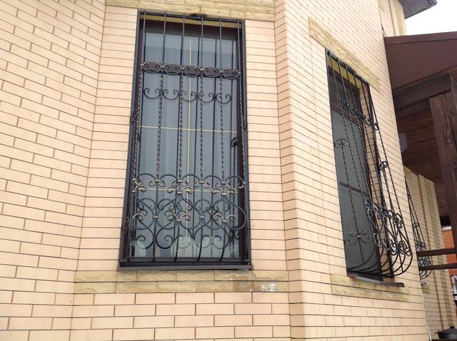 reshetka-na-vysokoe-okno-dlya-zagorodnogo-doma