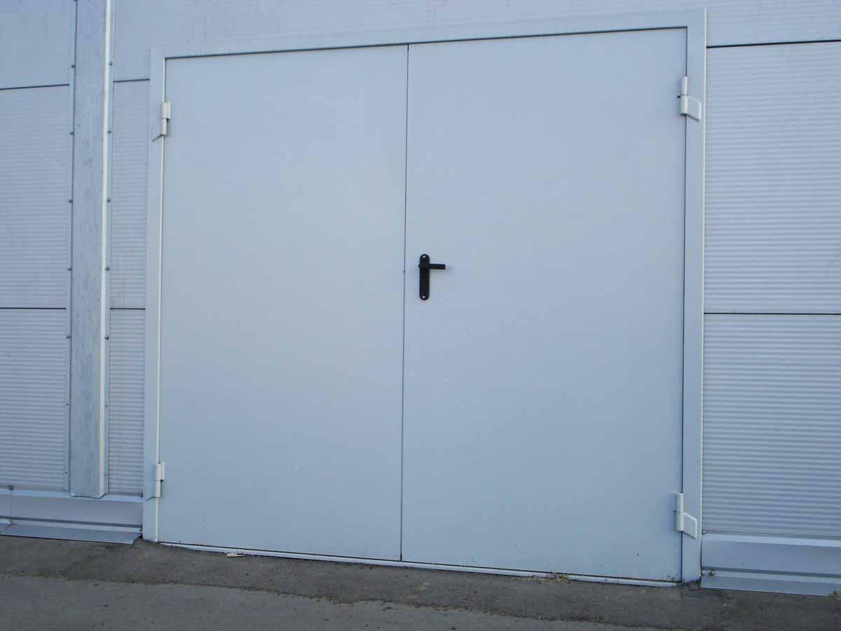Ворота распашные в гараж