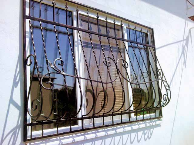 Кованая выпуклая решетка на окно от 06.11.19 (артикул 61119)